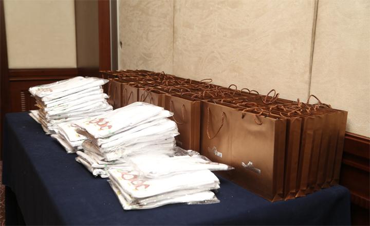 【上海】活动开始前,大团长和其他官方同学为前来的团友们准备了许多精致的伴手礼。