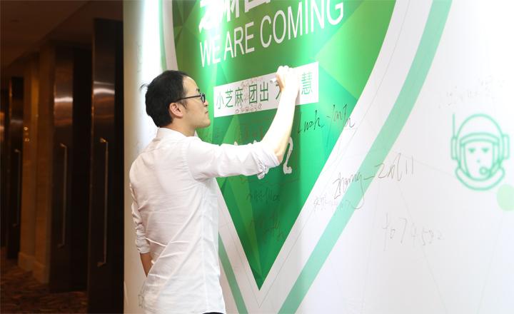 """【上海】来到活动现场的团友们,纷纷在签名板上留下了自己珍贵的""""印记""""。"""