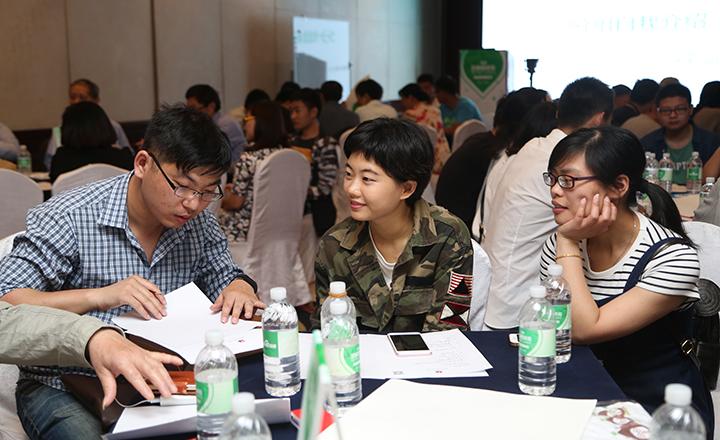 【上海】各桌团队成员们正在进行分组自我介绍,互相了解彼此所在的团队、在芝麻团的活跃度等。通过自我介绍,大家发现诸多大神级人物原来就在身边。