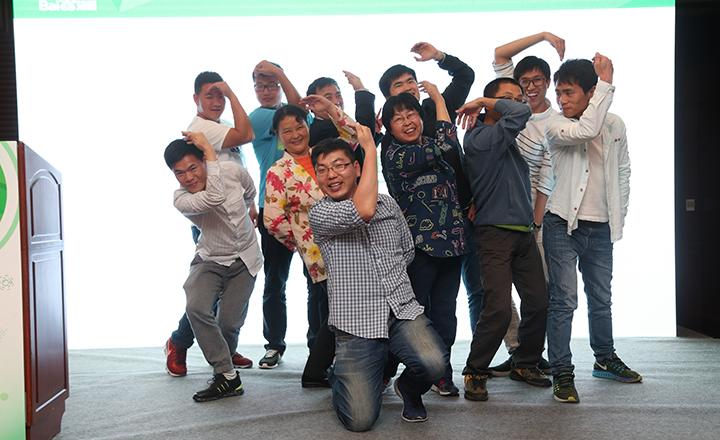 【上海】破冰游戏环节,大家在台上共同完成有趣而又搞怪的合照。