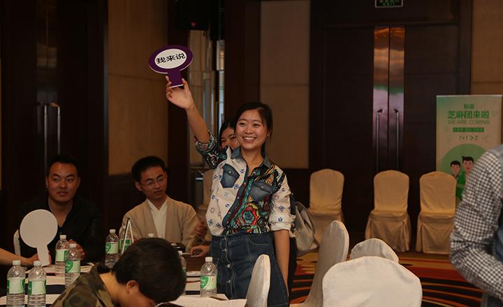 """【上海】有奖问答环节,团友们踊跃地识破一道道""""玄机妙题"""",又积极地表达了自己对团队核心凝聚力等方面的看法,并获得大团长赠送的精美礼品。"""