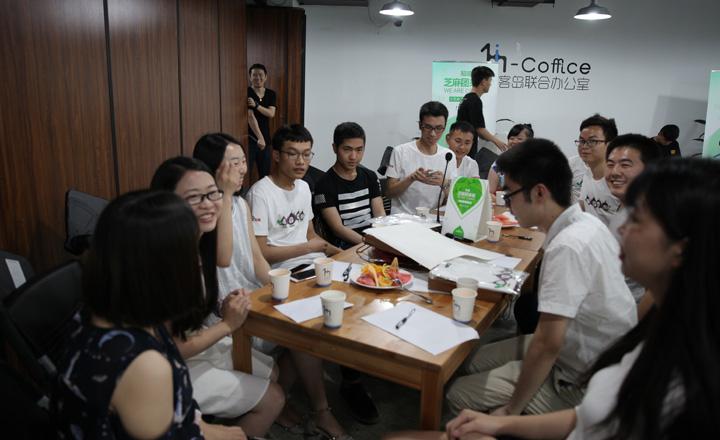 【成都】团友们和官方同学正在分享团队中的趣闻趣事。